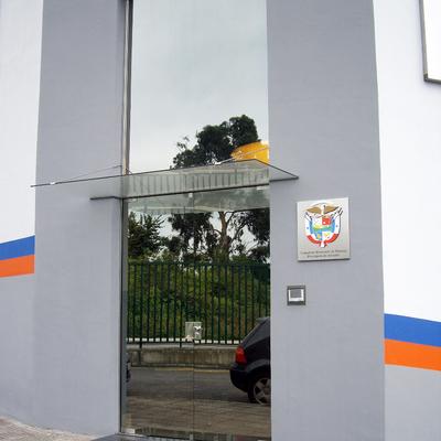 Puertas con marquesina en Gijón (Asturias)