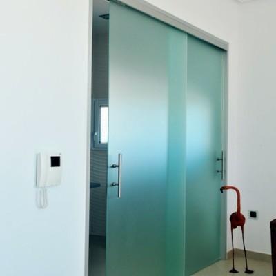 Puertas Correderas sin perfiles ni marcos.