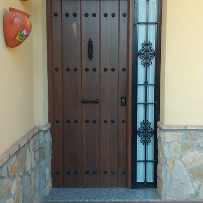 Puerta de entrada casa unifamiliar blindada.