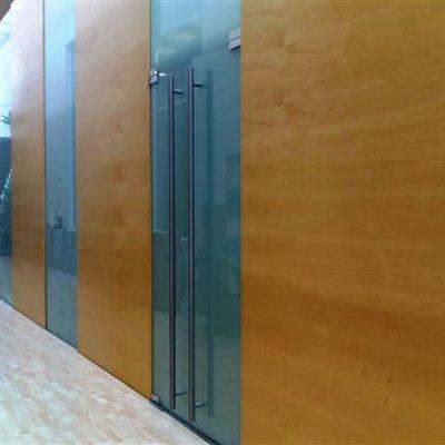 puertas de vidrio y acero