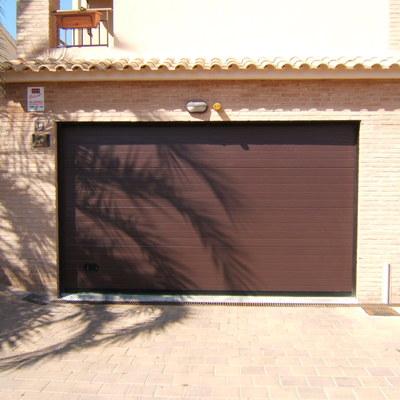 Puerta Seccional residencial acabado en marron