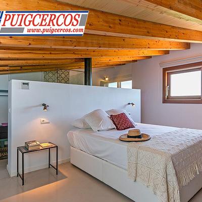 Dormitorio en primera planta en finca rústica, vigas de madera vistas