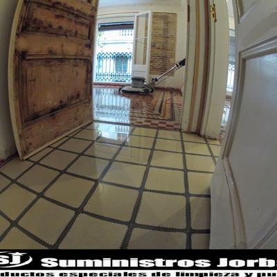 Rebajado, pulido y cristalizado en pavimento de mosaico antiguo.