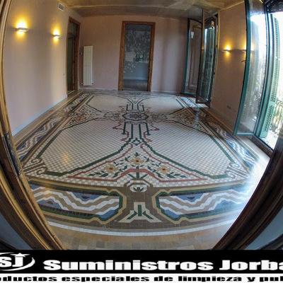 Pulido, sellado y acabado satinado en pavimento de mosaico de Nolla.