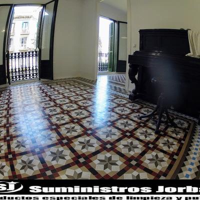Decapado, sellado y acabado satinado en pavimento de mosaico de Nolla.