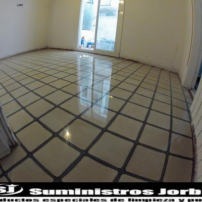 Rebajado, pulido y cristalizado en pavimento de mosaico hidráulico.
