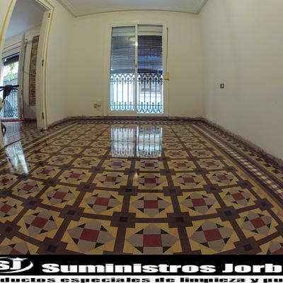 Rebajado, pulido y abrillantado en pavimento de mosaico de Nolla.