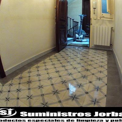Restauración, pulido y cristalizado en pavimento de mosaico hidráulico.