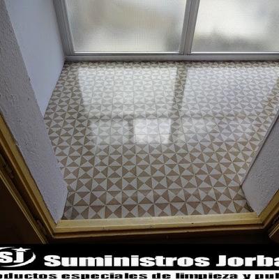 Restauración, pulido y cristalizado en suelo de mosaico.