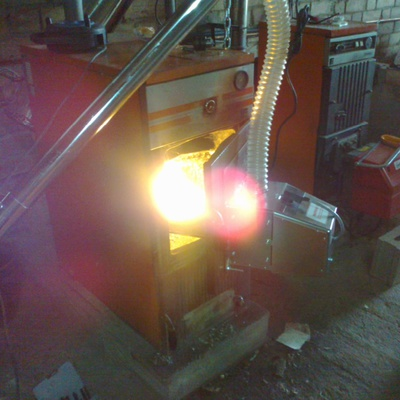 Quemador de biomasa en caldera de leña Ferroli NM30