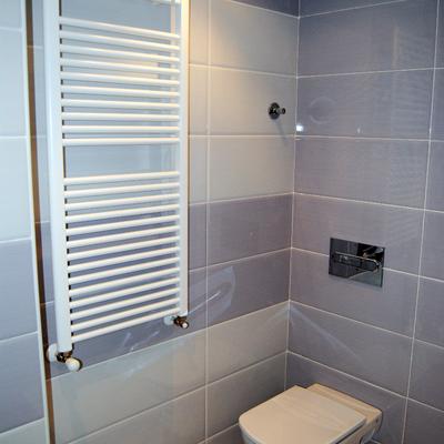 Radiador toallero en baño