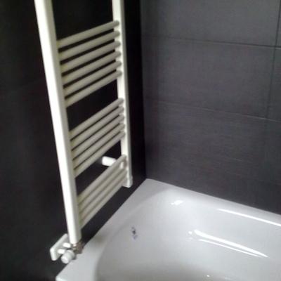 radiador toallero sobre bañera