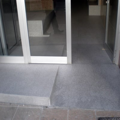 Rampa de acceso al portal de edificio