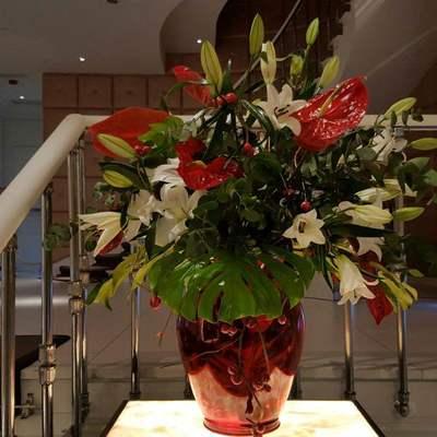 Diseño floral en entrada para evento.