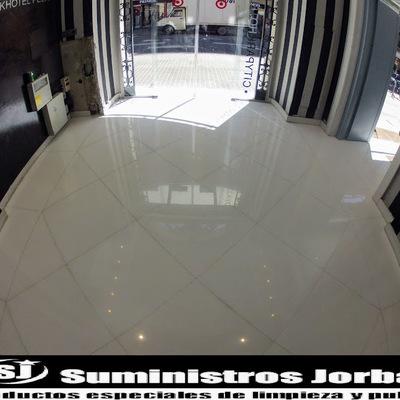 Rebaje, pulido y cristalizado en pavimento de mármol.