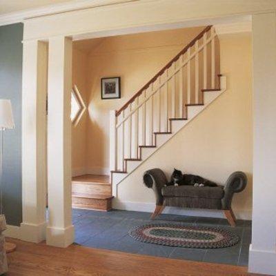 Escalera en recibidor de vivienda unifamiliar