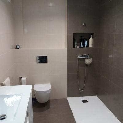 Baño con hornacina e inodoro suspendido