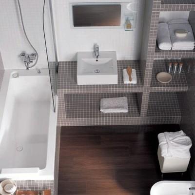 Reforma baño con estanterias de obra