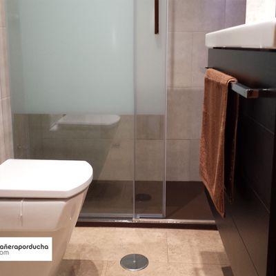 Reforma de baño con plato de ducha wengue