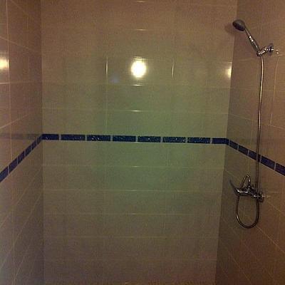 reforma integral baño, badosas suelo y paredes, plato ducha de obra, fontaneria y electricidad