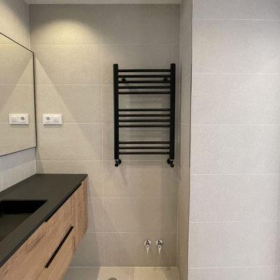 Baño lavabo y radiador negro
