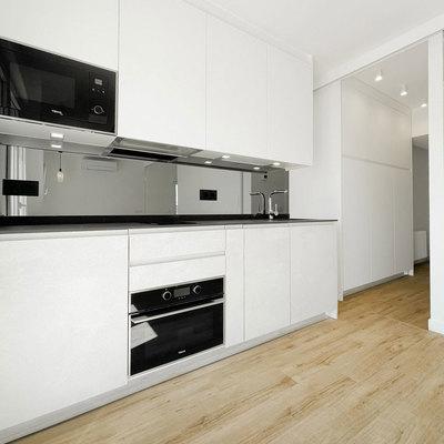 Cocina blanca con electrodomésticos integrados