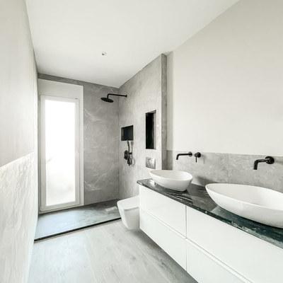 Baño en suite tonos grises