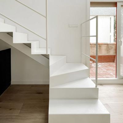 Escalera blanca metálica