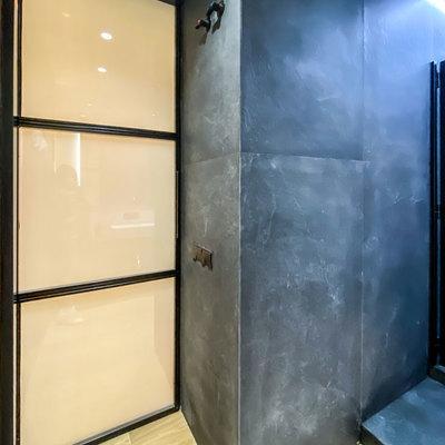 Puerta de baño inteligente y alicatado acabado pizarra