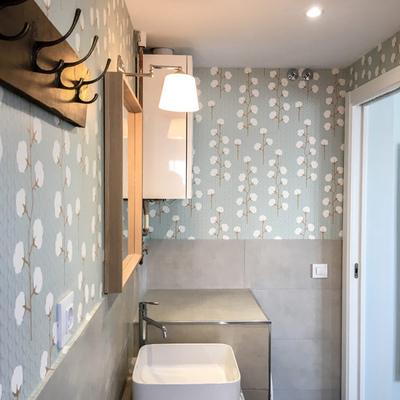 Mueble de baño de obra, papel pintado y alicatado a media altura