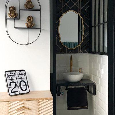 Baño en suite con papel pintado