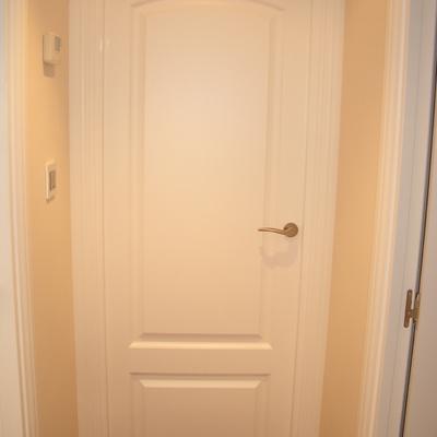 Puerta lacada en blanco con dos cuadrados