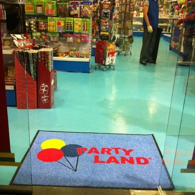 Reforma tienda Partyland entrada personalizada