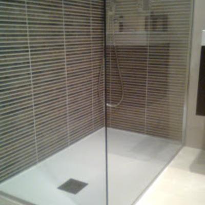 Plato de ducha con mampara transparente