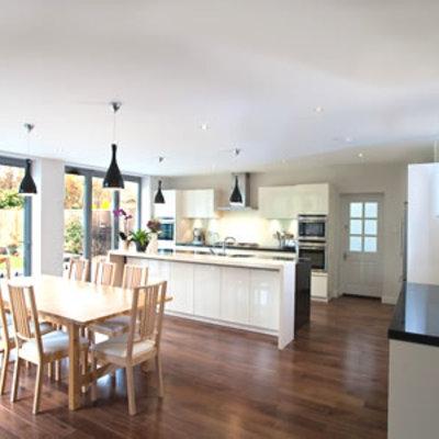 Salón con cocina americana y suelo de madera