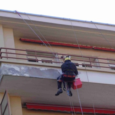 Rehabilitación y pintura de fachada mediante trabajos verticales.