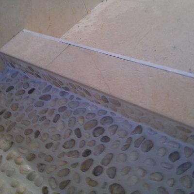Plato de ducha con piedras de río (remate escalon)