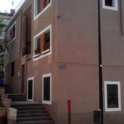 Reparar grietas en fachada, pintar y empotra instalaciones.