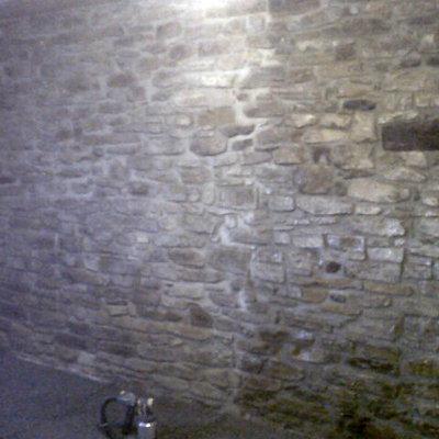 Restauración pared piedra interior vivienda en Tavertet