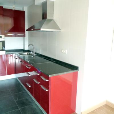 Revestimiento con azulejo en paredes de cocina y plaqueta en suelo.
