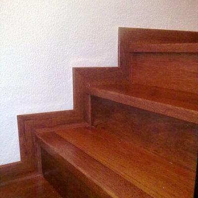 Revestimiento de escalera con tarima imitacion a la madera