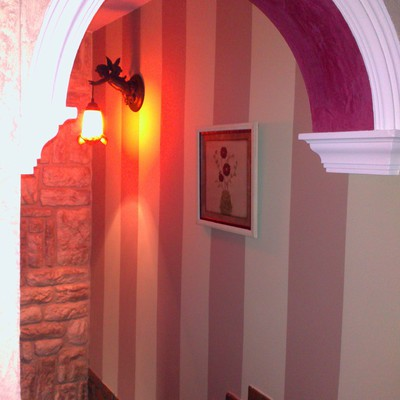 REVESTIMUR R-19 Palma y pared con rayas pintadas