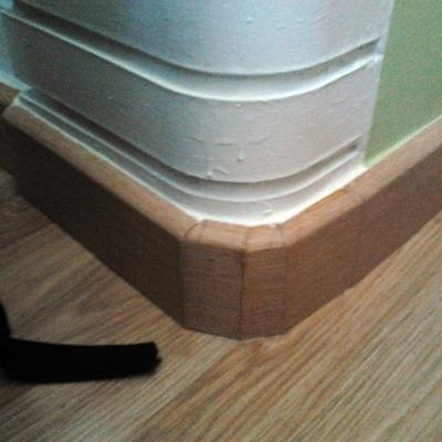 Rodapié de madera.