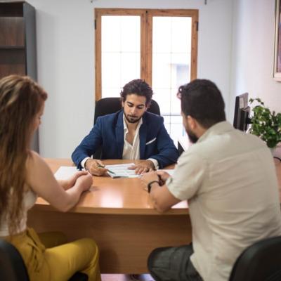 Mesa de atención al cliente con personal.