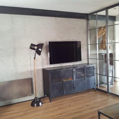Salón con pared de hormigón
