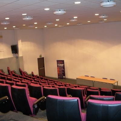 Salón de Actos Rivas, Aire acondicionado e instalación eléctrica completa así como voz y datos.
