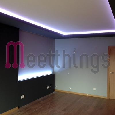 Salón decorado e iluminado con LEDs