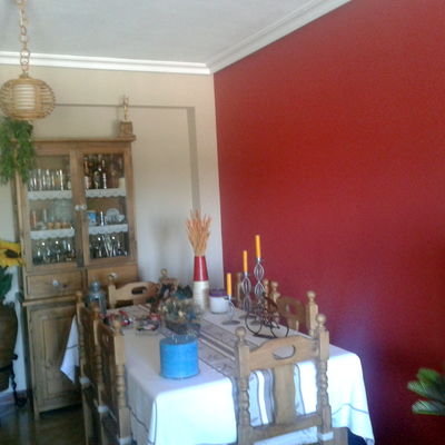 salón en tostado y rojo