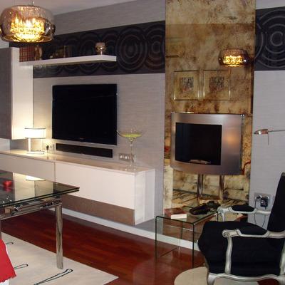 Salón moderno con chimenea