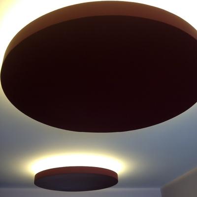 Salón iluminado con tiras de LEDs